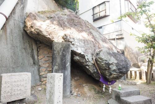 大きな亀の形の岩『どんがめっさん』は真浦港すぐ近く