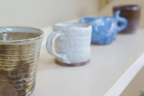 陶芸教室の棚には見事な作品の数々が並びます。どれも味のある作品たち