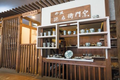 施設内の「窯元横丁」には52軒の窯元の作品が集結、お手頃価格から購入できます
