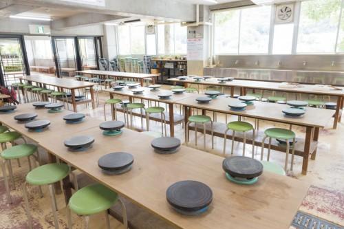 広々とした陶の郷の陶芸教室、手ぶらで体験できます