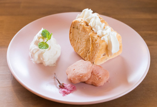 季節のスイーツ「桜のシフォンケーキ(セットドリンク付)」780円しっとりケーキに桜の塩漬けを使ったクッキーが寄り添う春の味。