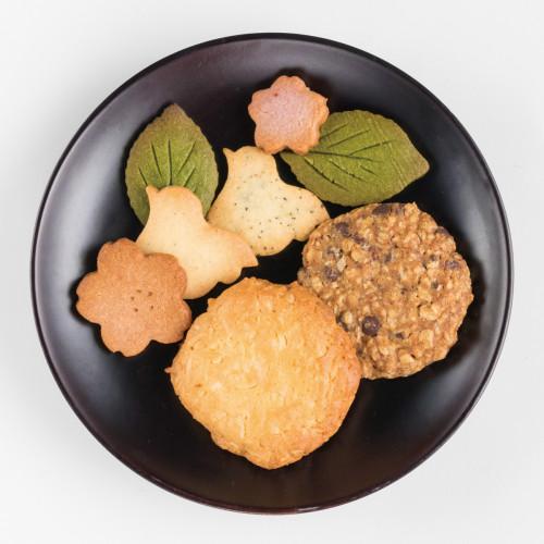 (奥から)「春の風景クッキー(6個セット)」300円、ざくざくクッキー「ココナッツとホワイトチョコのクッキー」「コーヒーとオーツとチョコのクッキー」各80円