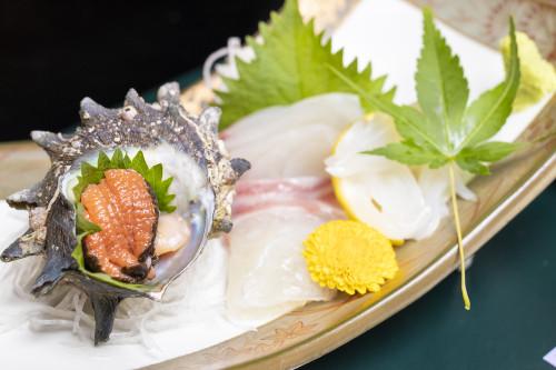 栄螺(サザエ)と沖魚の盛合わせ あしらい彩々