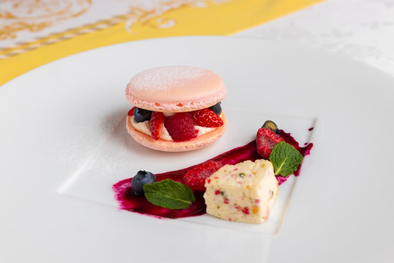 ベリーとレモンクリームのマカロン 苺のセミフレッド