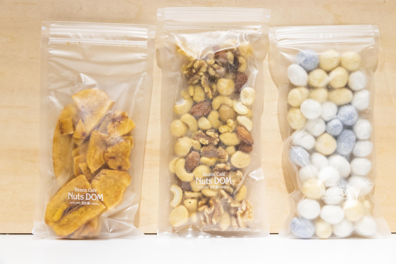 (左から)こんがりバナナ小180円、ミックスナッツ350円、〈夏季限定〉しゅわしゅわラムネ豆 大350円 ※全て税別