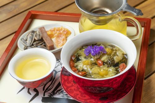 八宝茶「諸葛孔明」。秋の花である菊や鮮やかなスターチスなどをブレンド